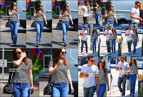 .10/04/17: Dakota  & son frère Jesse Johnson on été vu en quittant le restaurent  Hugo's  à Los Angeles    Sa fait du bien de voir Dakota en compagnie de son frère , en plus sa faisait longtemps qu'on avait pas une sortie avec Jesse . J'aime bien sa tenue.