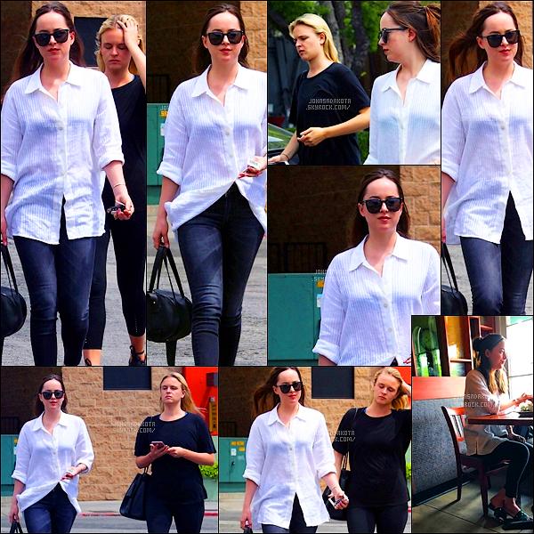.17/04/17: Dakota  a été apperçu alors qu'elle se promenait  avec son amie Olivia à West Hollywood    Et bah voila , Dakota est de retour à Los Angeles. J'aime beaucoup la tenue que porte Dakota mais ces chaussure ne me convient pas dans la tenue .