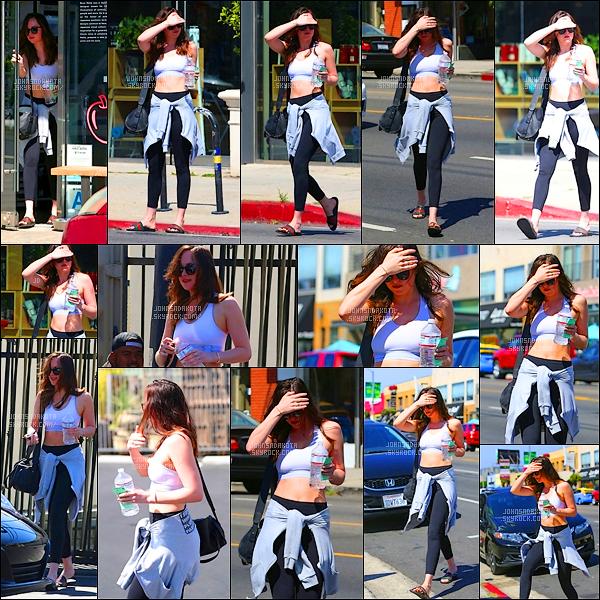 .19/04/17: Miss Johnson  a été photographier alors qu'elle quittait son cours de Yoga  à West Hollywood    Comme dans ces habitude lors de ces sortie , Dakota portait un leggings mais cette fois-ci avec une brassière très pratique pour le yoga ! Un beau top