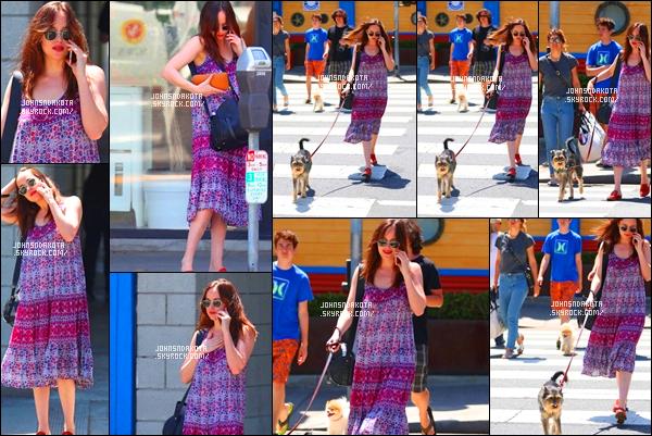 .21/04/17: Dakota Johnson  a été photographier en promenant  Zeppelin dans les rue de  Santa Monica    Personnellement , je suis pas très fan de la coupe de sa robe sinon les motifs qu'il y son dessus son pas mal ! je lui accord un bof pour sa tenue.