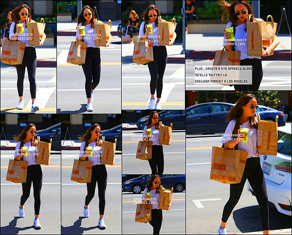 .23/04/17: Dakota a été photographier avec une bouteille à la main en se rendant a au cours de gym à LA    Que dit cours de gym dit tenue de sport et oui Dakota , a refiler sa tenue sportif pour cette journée . Coté tenue : leggings avec un haut blanc .top .