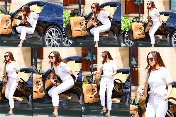 .25/04/17: Dakota a été photographier en arrivant devant la boutique   Barneys New York  à Beverly Hills    J'aime beaucoup la tenue blanc que portait Dakota par contre il va falloir lui dire quelque chose concernant ses chaussure parce que c'est pas terrible.