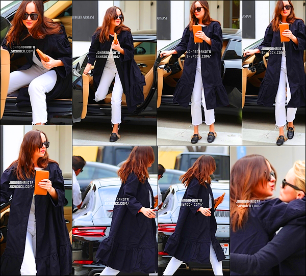 .25/04/17: Dakota a été photographier en arrivant devant la boutique  Polo Ralph Lauren à Beverly Hills    Apres s'être rendu dans la boutique Barneys New York Dak's s'est rendu dans une autre boutique en rejoignant une de ses amie.Qu'en pensez-vous?