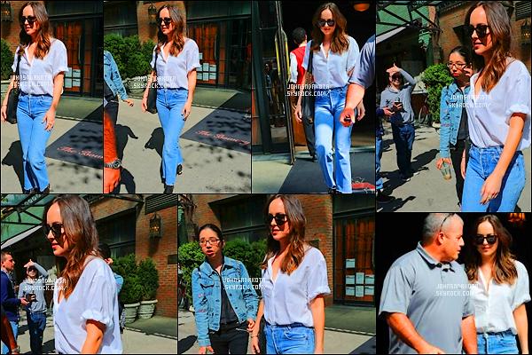 .28/04/17: Dakota Johnson a été photographier alors qu'elle quittait seul son hôtel  dans  New York City    + Juste apres sa sortie , Dakota a été aperçu en se promenant dans les rue de New York J'aime bien la tenue qu'elle porte surtout son chemisier blanc
