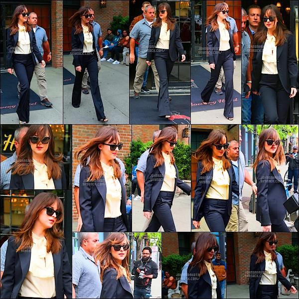 .03/05/17: Dakota Johnson a été photographier alors qu'elle quittait the Bowery Hotel  à  New York City    + Nous ne savons pas ou Dakota doit se rendre . Coté tenue : Je suis totalement fan de sa tenue et très élégante en femme d'affaire. grop top.
