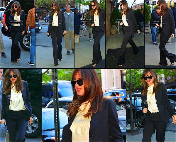 .03/05/17: Dakota Johnson a été photographier alors qu'elle arrivait the Bowery Hotel  à  New York City    + Nous ne savons pas ou Dakota s'est rendu dans la journée . Coté tenue : Je suis totalement fan de sa tenue et très élégante en femme d'affaire.
