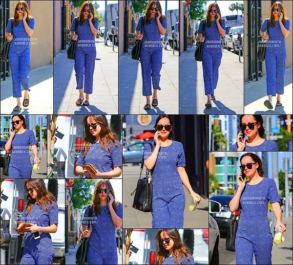 .11/05/17: Dakota a été photographier alors qu'elle se rendait au  Sweatheory Spa  à  Los Angeles  - CA Pour se rendre au spa , Dakota a été vu en combinaison et personnellement je trouve que sa tenue est horrible on dirait un pyjama. gros flop. Avis ?