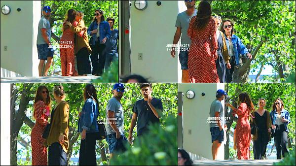 .13/05/17: Dakota a été aperçu dans les  rues  en compagnie d' Emily et Leonardo DiCaprio à Malibu  - CA  Très peu de photo son malheureusement disponible pour cette sorte mais au moins nous savons ce qu'elle a fait durant cette journée  .Votre avis ?