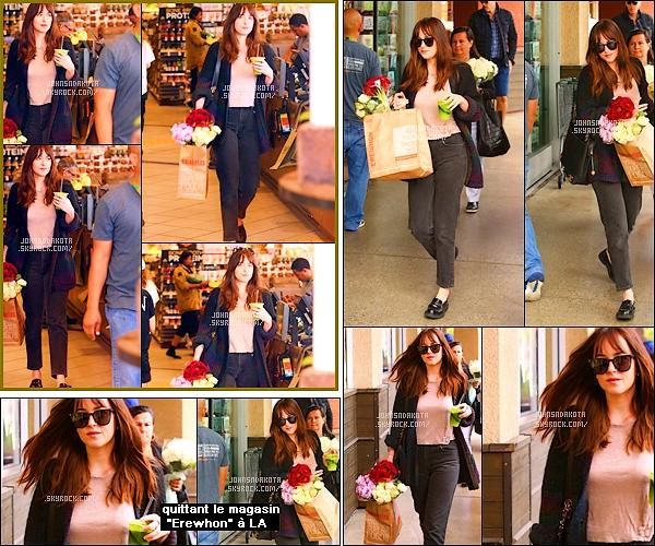 .14/05/17: Dakota a été photographier en s'apprêtant à quittée le supermarcher Erewhonà Los Angeles  Pendant sa sortie , Dakota tenais en sa main , une boisson . Concernant sa tenue : Elle est sympas sauf que les chaussures son horrible .Votre avis ?