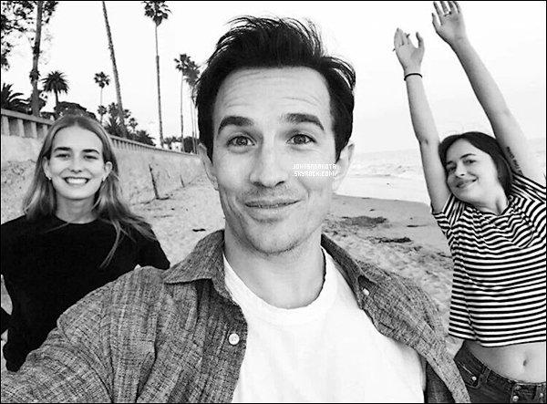.22/05/17: Dakota  été avec son son frère Jesse et sa s½ur Stella étaient sur la plage à  Santa Barbara - Nnotre charmante actrice ce fait très discret mais grâce a son frère Jesse nous savons ce qu'elle a fait en le mettant dans son Instagram storie ce jour.