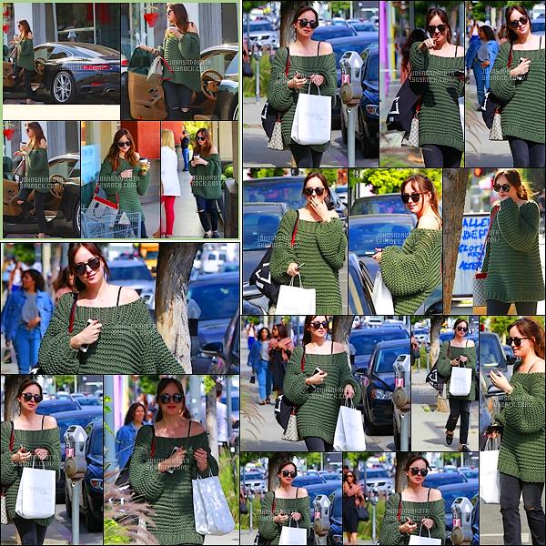 .25/05/17: Miss Johnson a été photographier en se promenant seule dans les rues de Los Angeles CA.   Apres avoir été vu 3 jours apres sur le cote de Santa Barbara  avec son frère et sa s½ur , nous a fait une petite sortie très agréable dans la ville.Avis ?