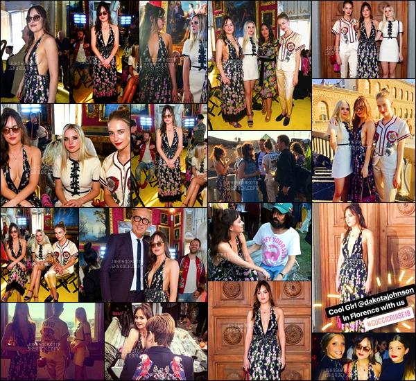 .29/05/17: Dakota a été vu avec ses deux s½urs au défilé de Gucci  qui s'est déroulée à Florence. Italie Vêtue d'une longue robe d'été, dak's avait osé le décolleté XXL, et un large dos nu c'était très réussi. Un choix vestimentaire qui lui va comme un gant .