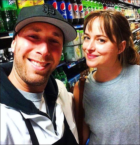 .08/06/17: Dakota a été vu par un fan tres chanceux dans un rayon du supermarché  à Los Angeles.- CA Miss se fait très discrète en ce moment,7 jours qu'on a pas eu de nouvel mais grâce a ce fan on a pu avoir au moins une petite de ses petite nouvelle