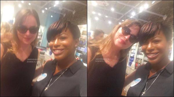 . PICTURES :   23.06.17 : Dakota a été photographier avec une  fan en Savannah - Géorgie  .