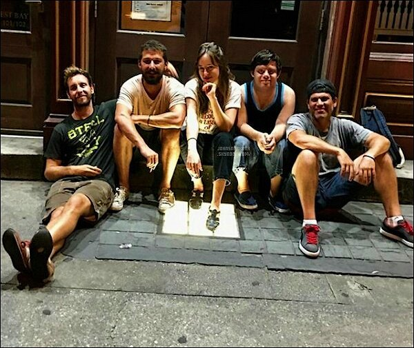 . PICTURE :  Nouvelle photo de Dakota avec les cast du film Peanut Butter Falcon sur le set du film .