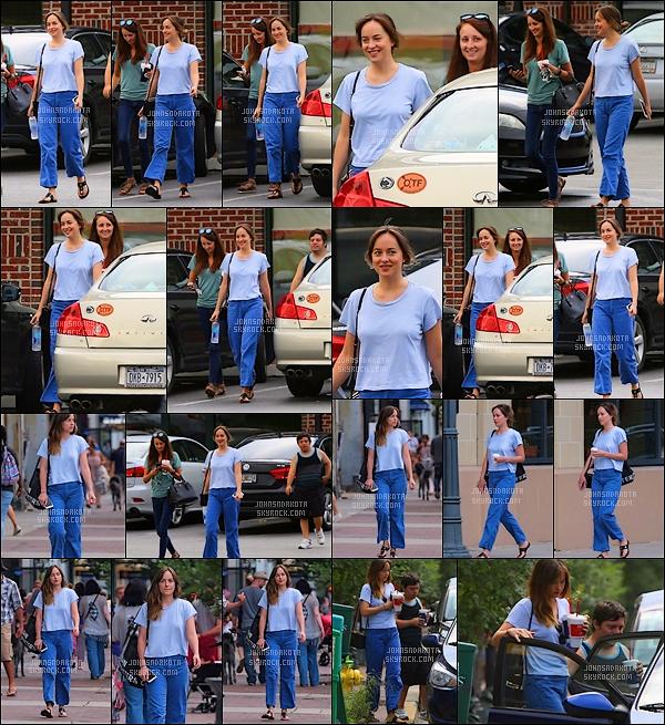 .15.07.2017: Dakota a été aperçu en train de se promener  avec Zack Gottsagen dans les rue de Savannah   Et oui , sa fait un bon moment qu'on a pas eu de nouvelle de notre actrice préféré , heureusement qu'elle est enfin sortie on commençait à s'ennuyer
