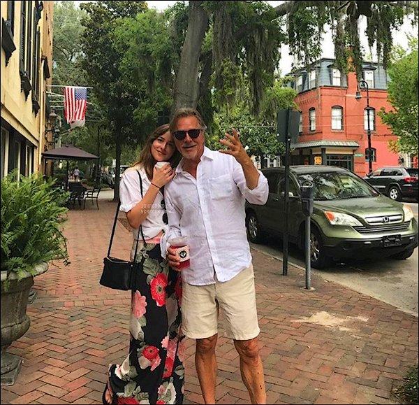 . PICTURE :  (16/07) - Découvrez Dakota en photo avec son père Don Johnson dans les rue de Savannah .