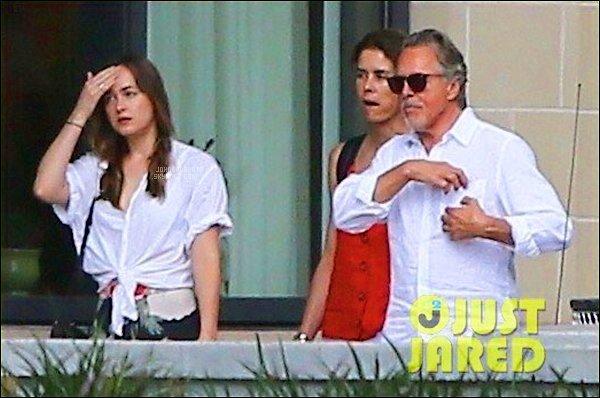 .16.07.2017: Dakota a été vu avec son père et sa belle mère kelley phleger dans les  rues de Savannah  - US  C'est plus tôt dommage nous avons qu'une seule photo de cette journée avec son père et sa belle-mère mais au moins nous avons eu une nouvelle
