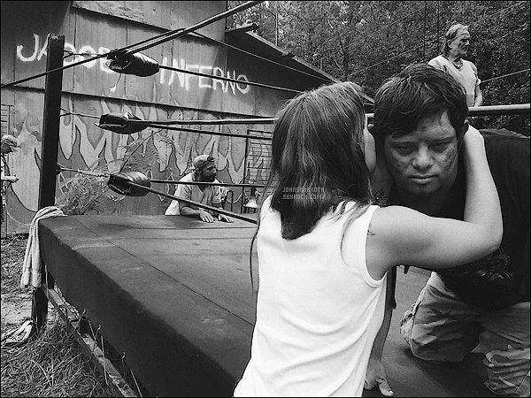 . PICTURE :  Dakota avec sa co-star Zack Gottsagen sur le tournage du film Peanut Butter Falcon  .