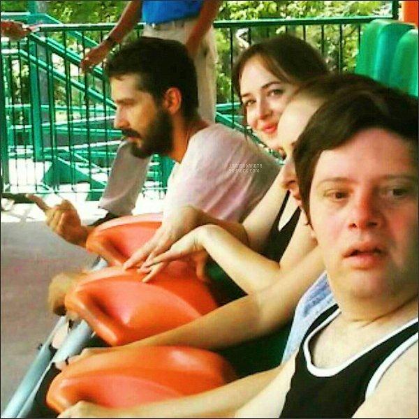 """. 23/07/17 :  Dakota et le cast """"Peanut Butter Falcon"""" au parc d'attraction """"Six Flags Over Georgia """" à Austell  ."""