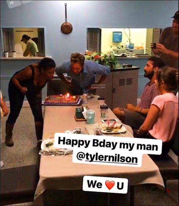 . 25/07/17 :  Dakota et le cast célébrant l'anniversairedu directeur du film Tyler Nelson via l'insta story defat_lije. .