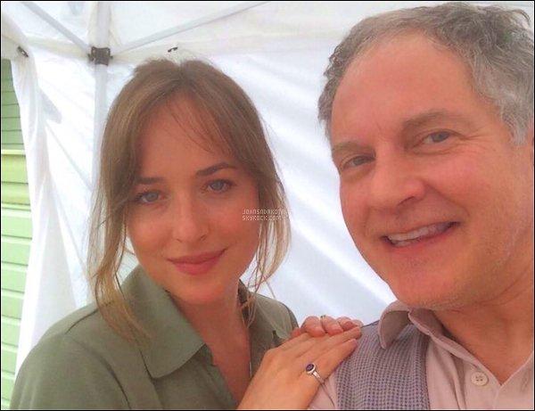 . PICTURES :  Dakota a été photographier avec un fan à Savannah en Géorgie  .