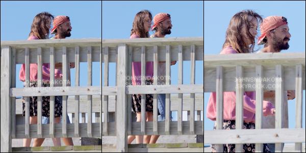 31.07.2017 - Dak vue sur le set de son nouveau film The Peanut Butter Falcon avec une de ces co-stars ! La tenue est gâchée par cet horrible blouson rose qui ne colle pas du tout avec  sa jupe. C'est donc un bof. Par contre le film  a l'air beau.