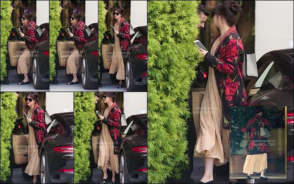 .16.09.2017: Miss Johnson a étéphotographier en arrivant au Sunset Tower Hotel  dans West Hollywood Personnellement personne ne sais ce qu'elle faisait là-bas mais nous le seront jamais . Perso , je suis pas fan de la tenue ces plutôt dommage .Avis ?