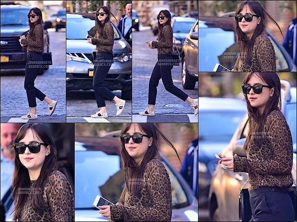.02.10.2017 : Dakota Johnson a été photographier en se «promenant» dans les rues New York .  Nous avons très peu de photo de cette journée là mais au moins nous avons des nouvelles . Je trouve la tenue de Dakota très sympas pour cette journée