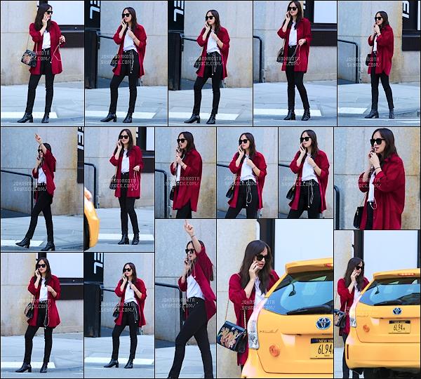 .04.10.2017 : Dakota Johnson  a été photographier en se «promenant» seule dans les rues New York City   Nos charment photographe on aperçu en ce jours très spécial Dakota au téléphone.Je suis totalement fan de la tenue de Dakota.Je lui mets un Gros Top