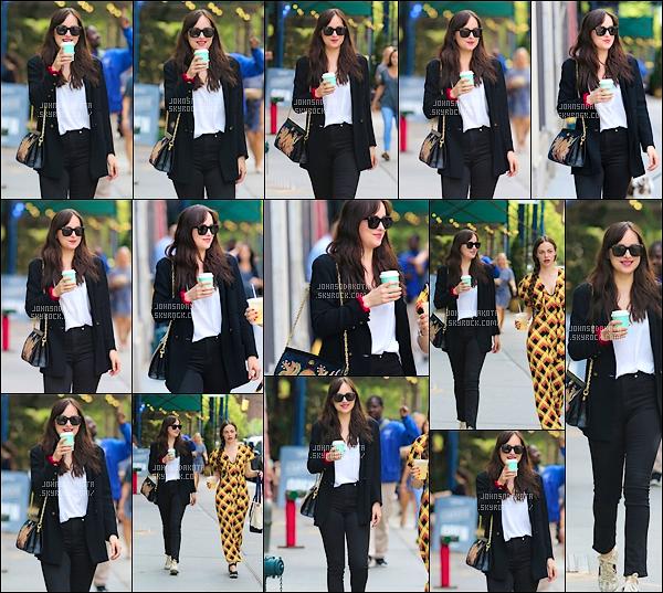 .05.10.2017 : Dakota a été photographier en se «promenant» avec une amie dans les rues de Manhattan   Hé bah on est de plus en plus gâté là Dakota nous offre que des sortie en se moment .Je suis totalement fan de la tenue de Dakota.On mets un Gros Top