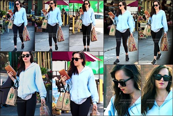 .13.10.2017 : Dakota  a été photographier en quittant une «épicerie » dans les quartier de Los Angeles  !  C'est dans une tenue sportive et contractée que Johnson est apparu dans les rues avec un sac de bouteille de vin à la main.J'aime c'est lunette de soleil