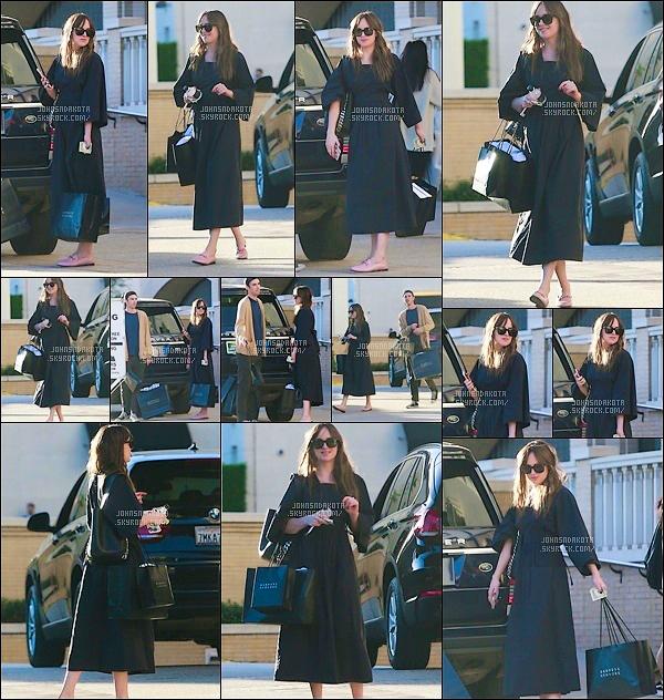 .☠ 21.10.2017 : Dakota et son ami Blake ont été vu en quittant le magasin « Barneys» à Beverly Hills.  Dakota est de retour en Californie.On peut dire que Dako a fait des achats.Perso je ne suis fan de sa tenue surtout au niveau de la coupe de sa robe