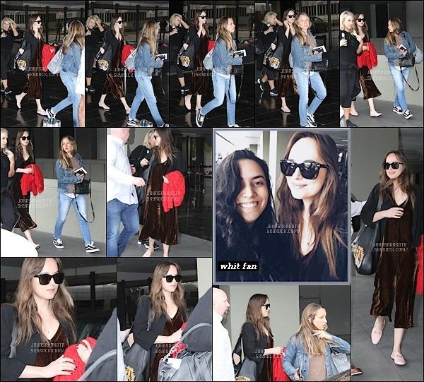 .23.10.2017 : Dakota a été photographier en arrivant à l'aéroport  avec son amie à Rio de Janeiro -  Brasil    D'après des rumeurs , Dakota serait au Brasil afin de promouvoir la marque italienne Intimissimi , rien n'est sur pour le moment . Coté tenue : flop