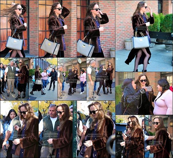 .03.11.17 :  Dakota a été photographier en quittant the Bowery Hotel  dans les rues de New York City - US ● Nous iront ce qu'elle a fait durant la journée mais en tout cas elle a offert poser avec quelque fan à la sortie de son Hotel . Je suis pas fan de sa tenue . *