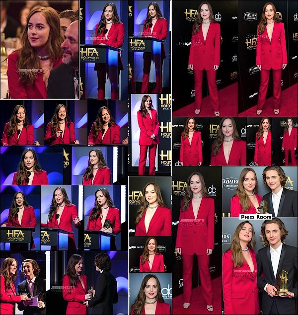 05.11.2017 : Dakota Johnson  s'est rendu à la 21éme Annual Hollywood Film Awards  à  Beverly Hills . - Dans la soirée Dakota à remis un prix à l'acteur Timothée Chalamet . Elle portait un costard bien rouge ou sa veste avait un décolletée plongeont .Top
