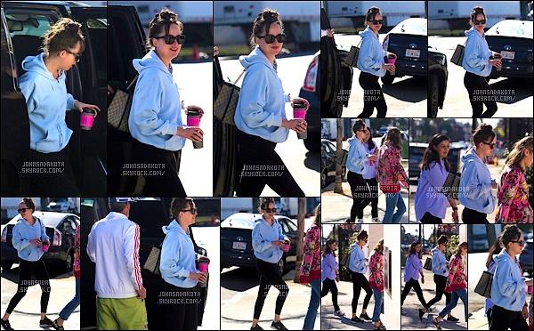 06.11.2017 : Dakota  a été photographier arrivant à un studio photo aux Milk Studios dans  Hollywood ! -  Ces dernier temps elle nous offre beaucoup de surprise entre les sorties qu'elle nous fait & la Bande-annonce de Fifty Shades on est fou de joie.La miss portait une tenue de sport