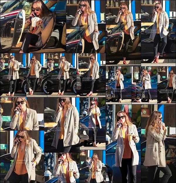 09.11.2017 : Dakota a été photographier en descendant de sa voiture dans les rues de  Los Angeles - CA Whoupiiiii encore des nouvelles de Dakota ! Dakota été scotché au téléphone à une main puis l'autre main tenant un smoussi . J'aime beaucoup sa tenue