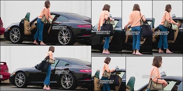 12.11.2017 : Dakota a été photographier en faisant seule du shopping dans les rues de West Hollywood - On peut dire que pendant cette journée Dakota s'est beaucoup promener . Coté tenue : Elle portait un pull orange et jean et des chaussures rose gucci .