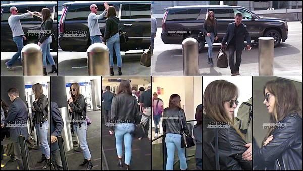 13.11.2017 : Dakota a été photographier en arrivant à l'aéroport international de LAX à Los Angeles -  Nous ne savons pas pourquoi dakota aurait pris l'avoir mais nous le seront tres rapidement. J'aime beaucoup la tenue qu'elle porte ,top . Votre avis ?
