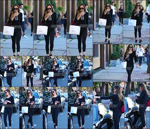 13.12.2017 : Dakota Johnson  a été photographier en faisant du shopping dans West Hollywood Enfin des nouvelles ,sa faisait six jours qu'on en avait eu.Elle portait un haut manche long noir avec un leggins & des basckes avec des lunettes de soleil