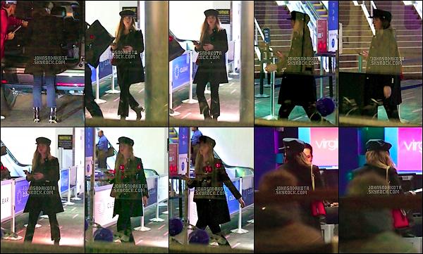 13.12.2017 : Dakota  a été photographier en arrivant à l'aéroport international de LAX  à Los Angeles . Nous ne savons pas encore quelle destination a telle pris.On voit pas la tenue mais ces sympas, j'aime beaucoup son chapeau sa lui va a ravir. Avis?