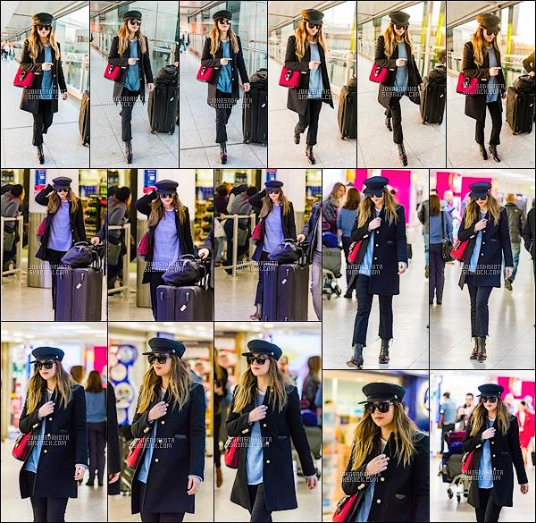 14.12.2017 : Dakota Johnson a été photographier en arrivant à l'aéroport de Heathrow à Londres - UK .  Personne ne sait pourquoi elle se trouve actuellement à Londres mais nous le seront dans les prochains jours. J'aime bien la tenue qu'elle nous a sortie.