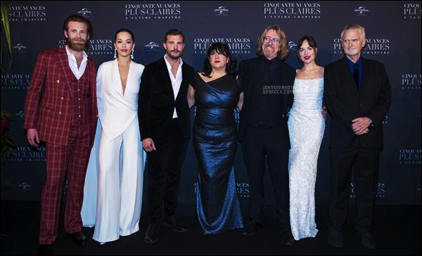 ღ 06.02.2018 : Dakota  était présente à la première de Fifty Shades Freed déroulant à la Salle Pleyel à Paris - FR. Dakota à foulée le tapie rouge en compagnie du cast du film dans la capitale de l'amour en portant une superbe robe blanche à sequins Prada . Avis ?