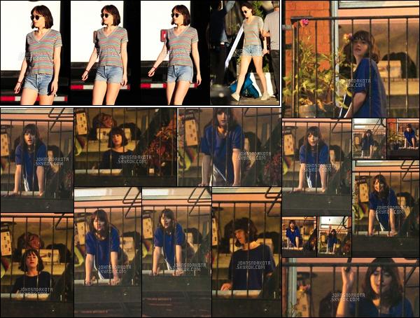 . 24.06.2015 : Dakota Johnson a été photographier sur le set de How To Be Single à Manhattan. NY  .