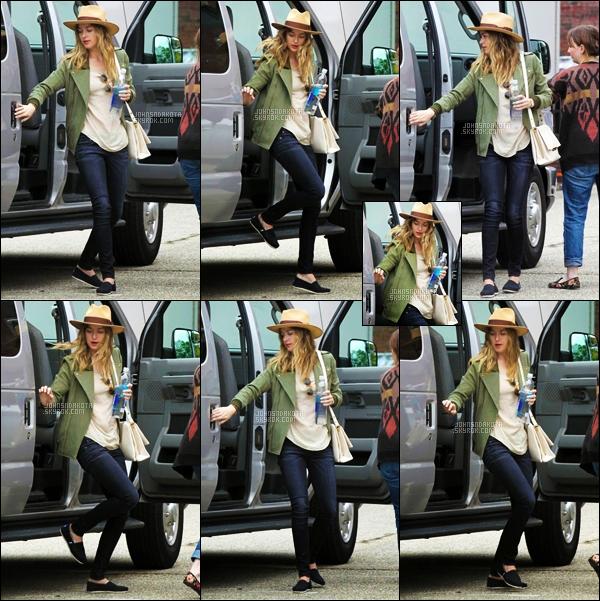 """. 04.06.2014 : Dakota a été photographier sur le set de son prochain film :""""Black Mass dans le Massachusetts. ."""