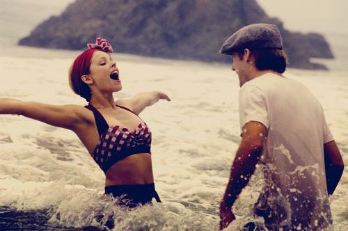 « Les amours de vacances finissent pour toutes sortes de raisons mais au bout du compte, elles ont une chose en commun. Ce sont des étoiles filantes, lumières tout à fait spectaculaires venues des cieux, un fugace aperçu de l'éternité qui disparaît en un éclair. » N'oublie jamais