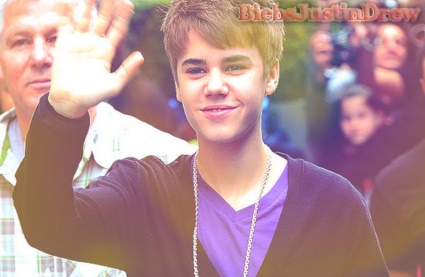 29.03.11 - Justin sors de son hôtel dans notre capital, Paris ! :D
