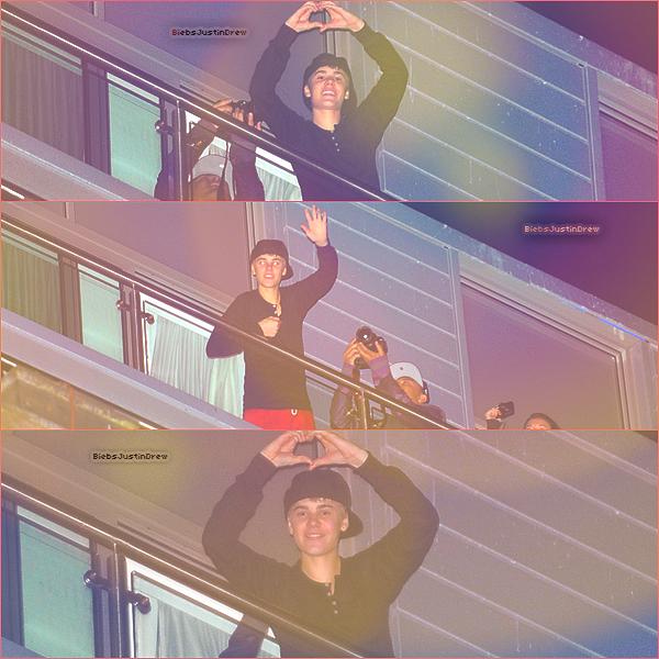 10.03.11 - Justin salue ses fans du balcon de l'hôtel à Liverpool.
