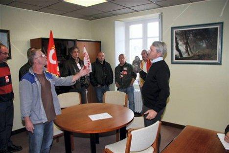 Des militants cégétistes de Lanester et Hennebont chez le député UMP ,Le Nay à Plouay le 30 septembre 2010